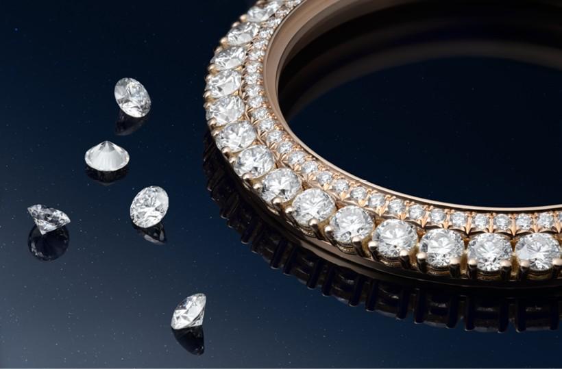 A radiant, gem-set Dazzling Rendez-Vous Moon 3